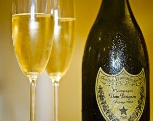 duas taças de champagne e uma garrafa