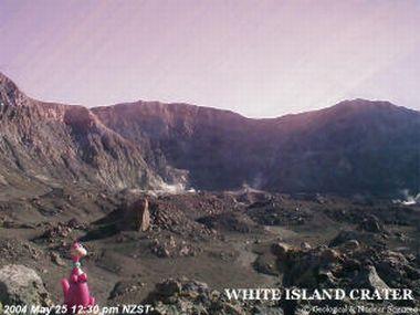 dino rosa em vulcão