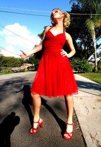 loira de vestido vermelho pede carona